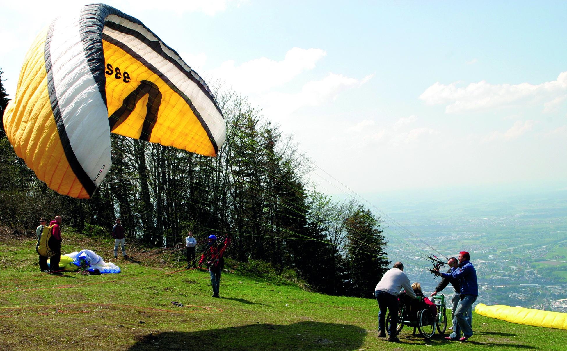 Vorbereitung eines Paragliding-FLugs mit dem Rollstuhl