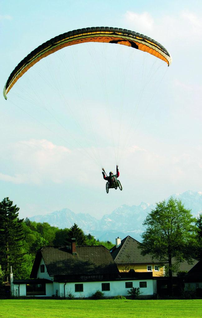 Rollstuhl-Paraglider im Landeanflug