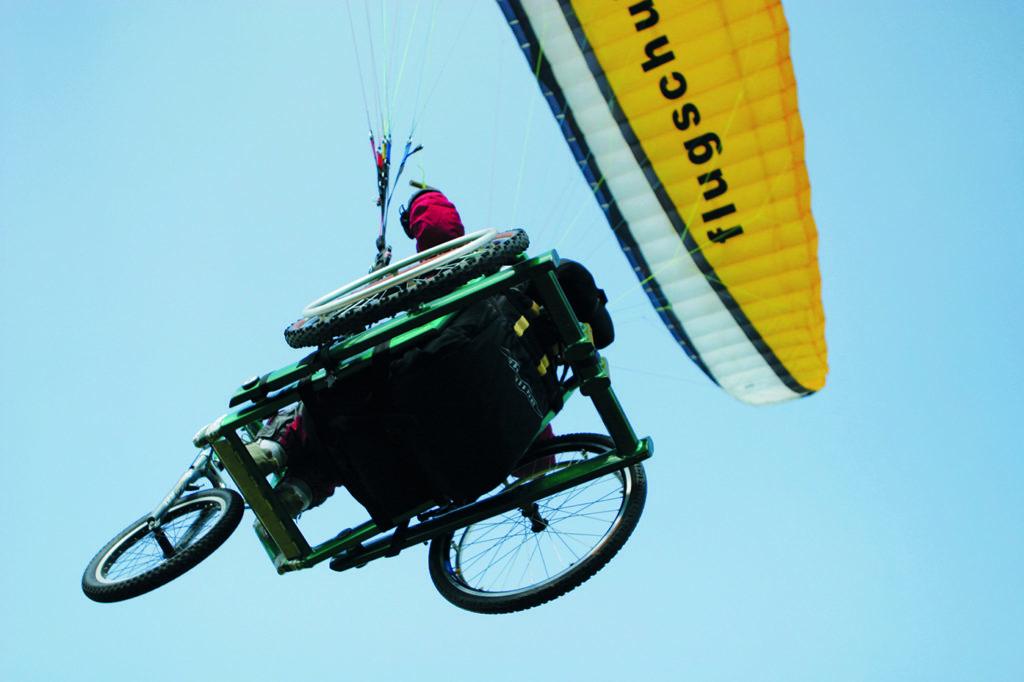 Rollstuhl-Paraglider in der Luft