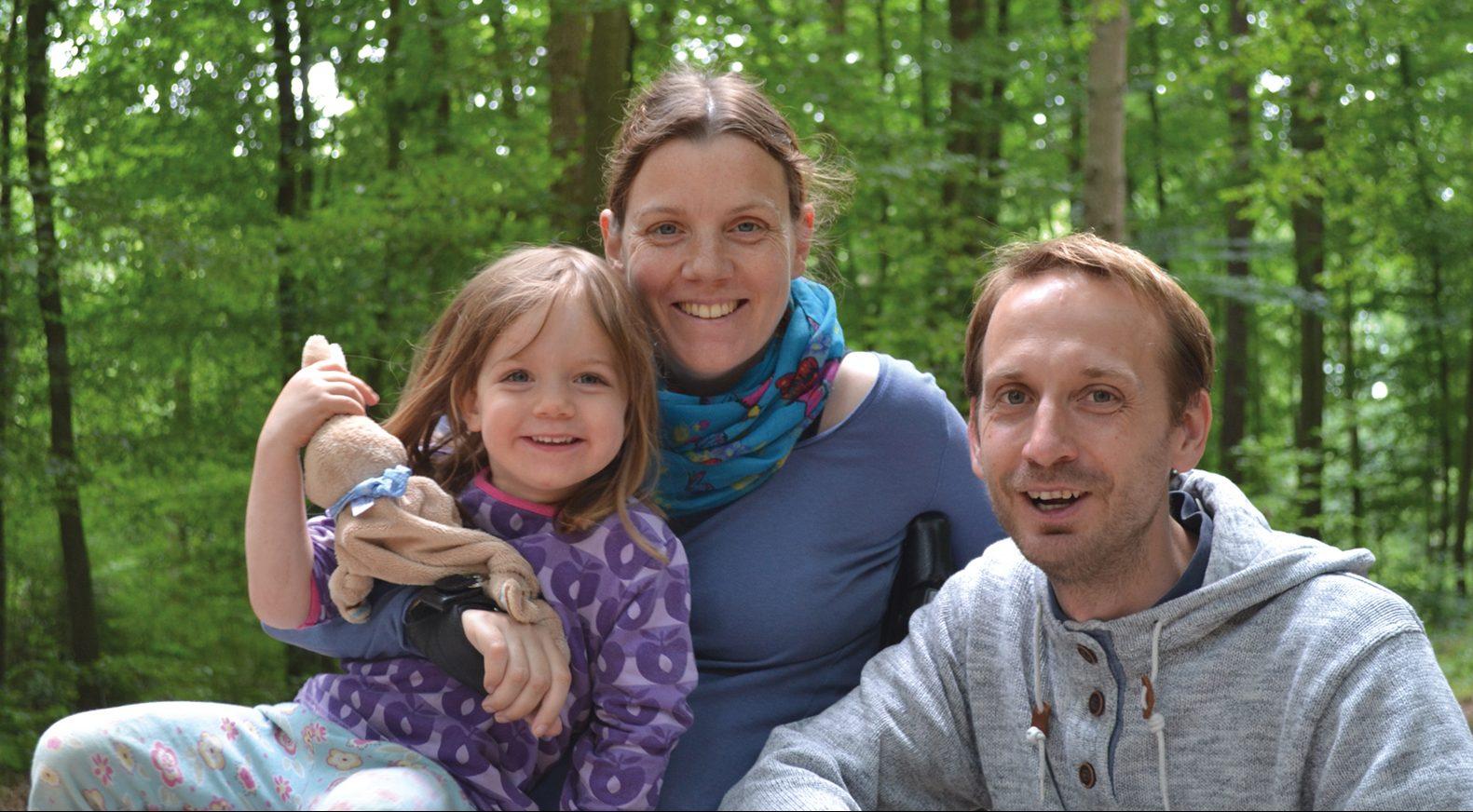 Rollfahrerin mit Mann und Kind