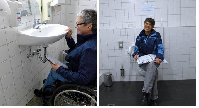 Karen Müller und Kerstin Hagemenn prüfen die Barrierefreiheit in Arztpraxen