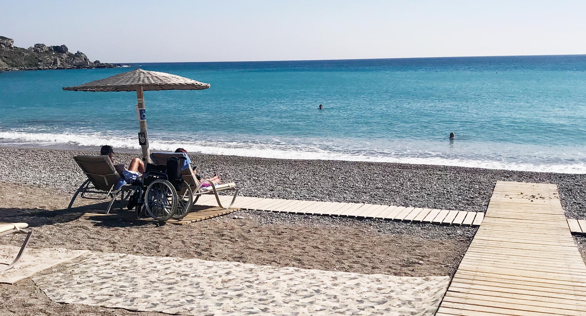 Menschen in der Sonne am Strand von Rhodos