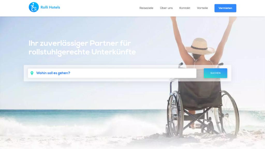Rollstuhlfahrerin jubelnd am Strand