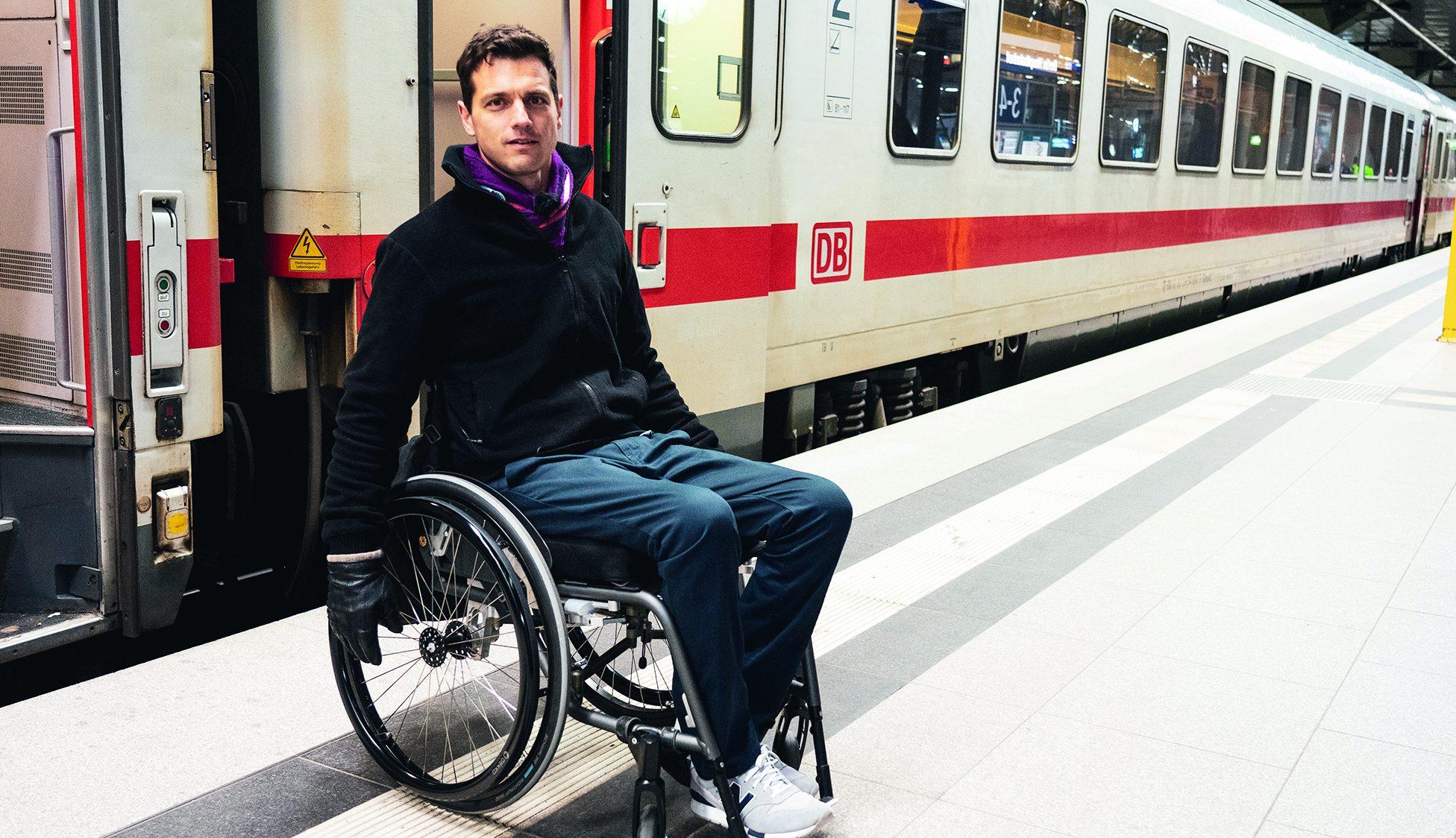 Rollstuhlfahrer beim Bahnausstieg