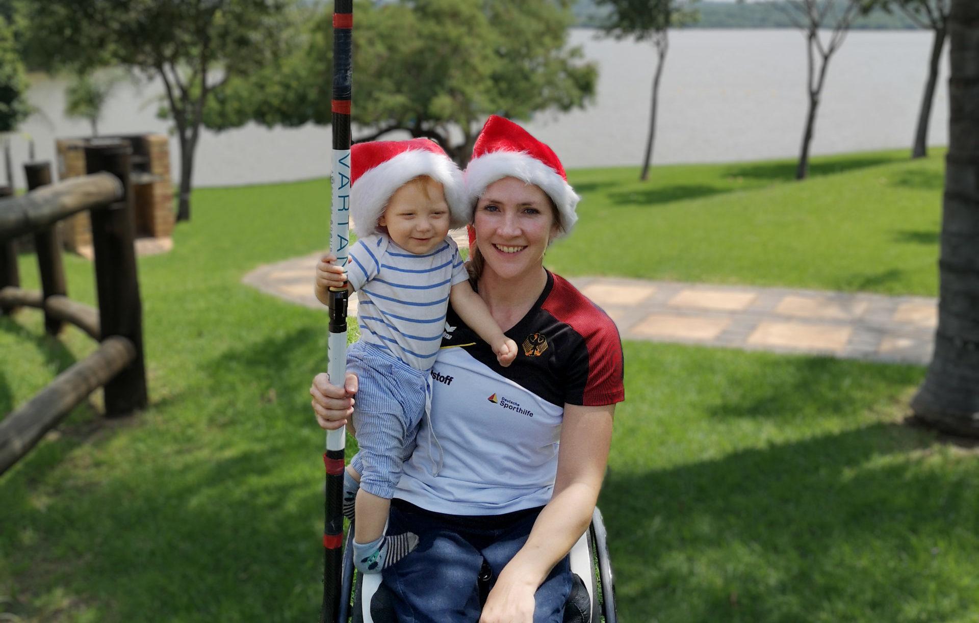 Olympionikin Edina Müller im Rollstuhl mit Kind