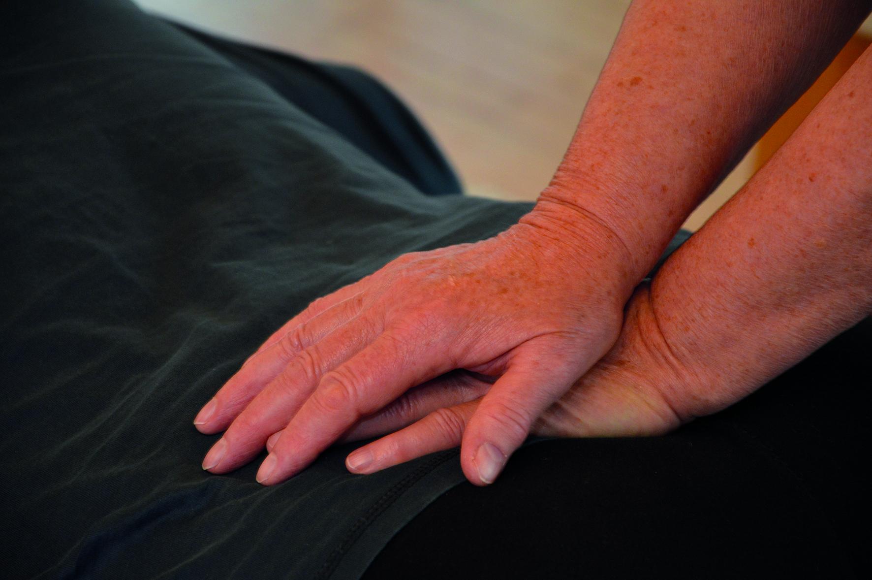Helga Bost führt Druckmassage aus