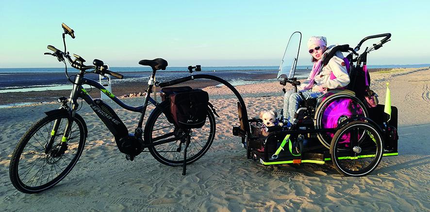 Rollstuhlgerechter Fahrradanhänger am Meer