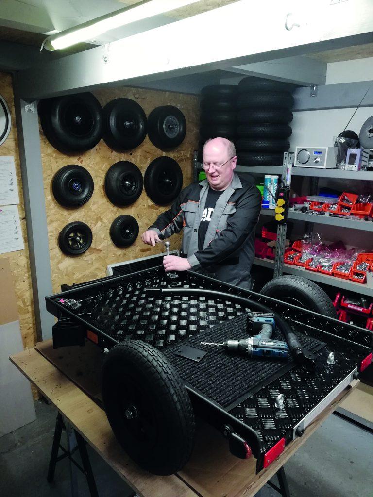 Mann in seiner Werkstatt_Rllstuhl-Umbauer